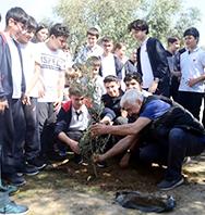 Salih Kalyon Bodrum'da Öğrencilerle Fidan Dikerken