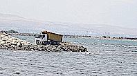 Van Gölü'ne Moloz Döken Kamyonlar